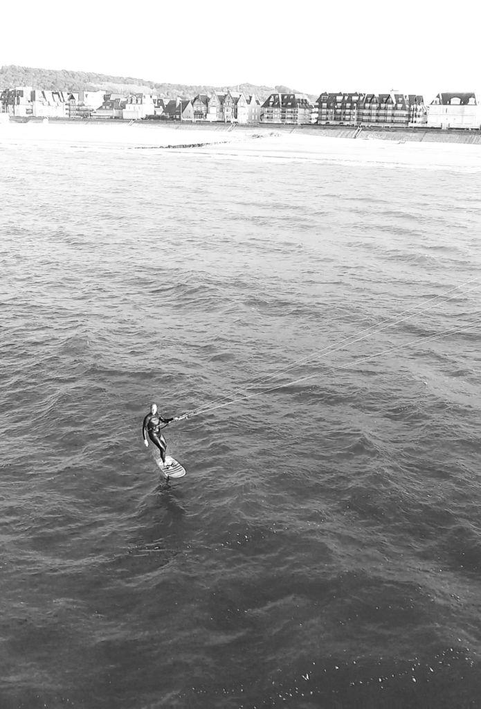 Mathieu ride le kitefoil Sroka avec la voile Ouesk et la pocket board.