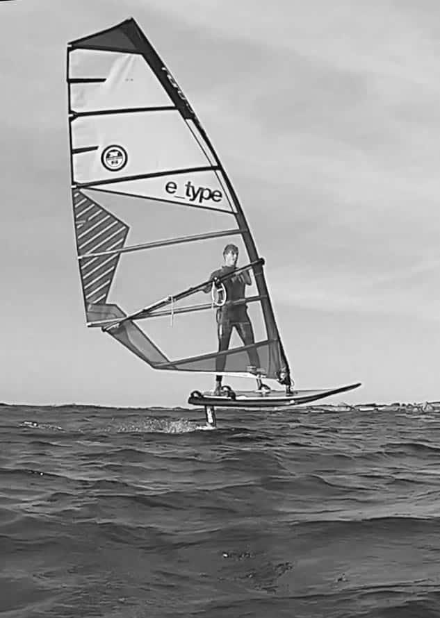 Niels est professeur de planche à voile et navigue en wind foil Sroka.