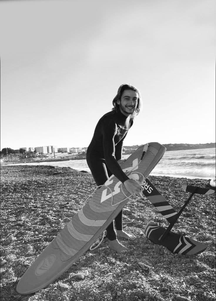Martin Vitry est athlète professionnel en Stand Up Paddle de course. Il est 2 fois champion d'Europe dans sa discipline. Il ride aussi le Surf foil Sroka.