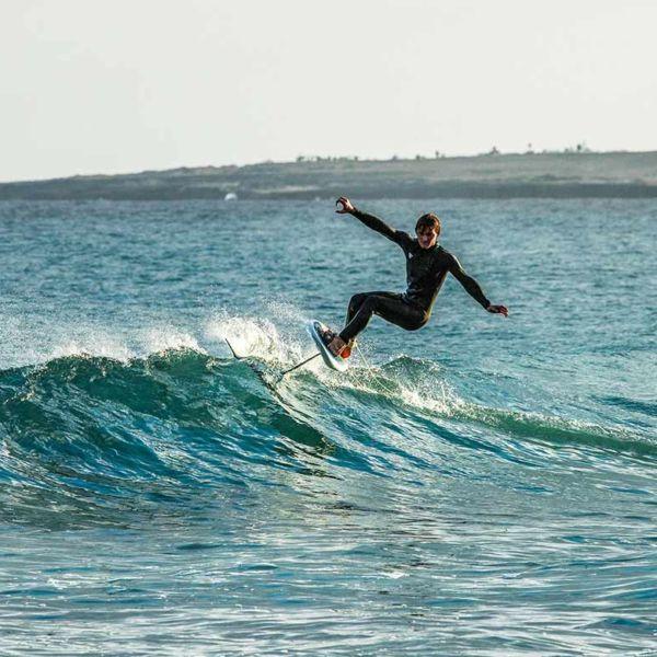 Surf foiling avec le foil High Aspect et la planche Fast Flyer vendus par Sroka Company