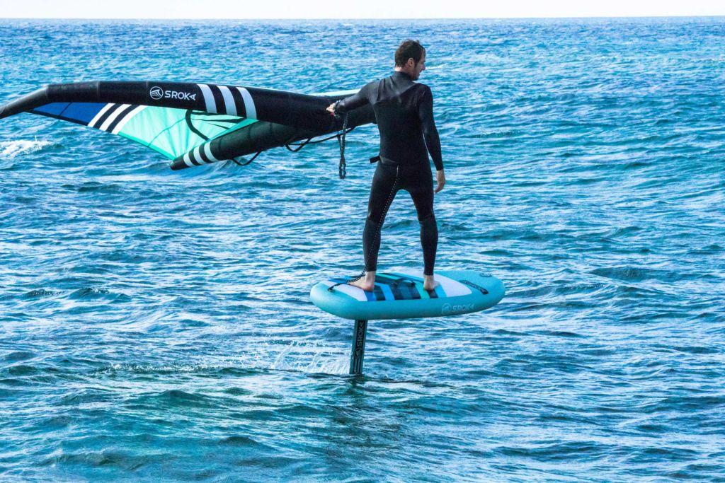 Surf avec une planche de foil gonflable Sroka