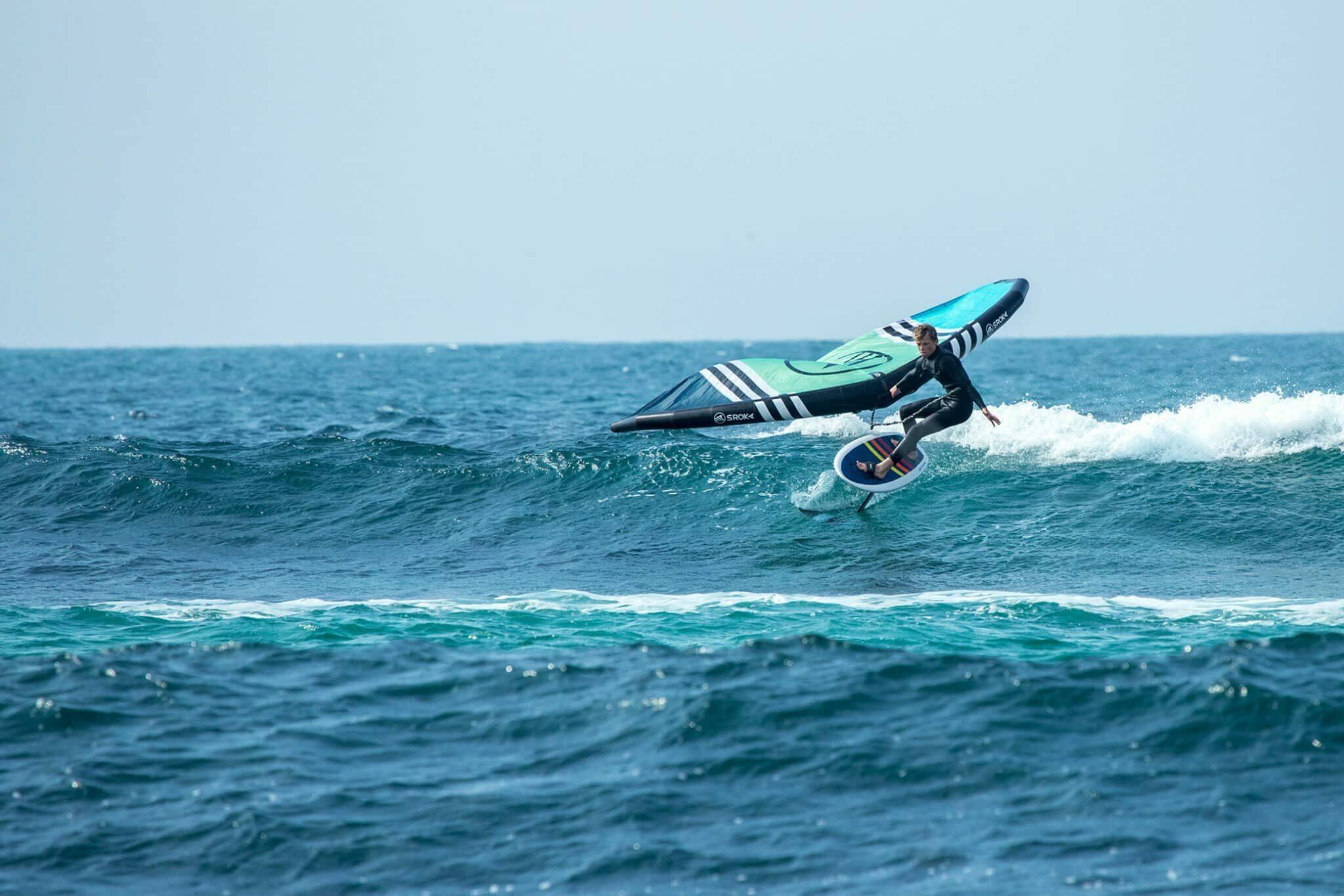 Surfen mit dem Sroka Company Wingfoil Paket mit Foilboard, Foil und Sroka Wing