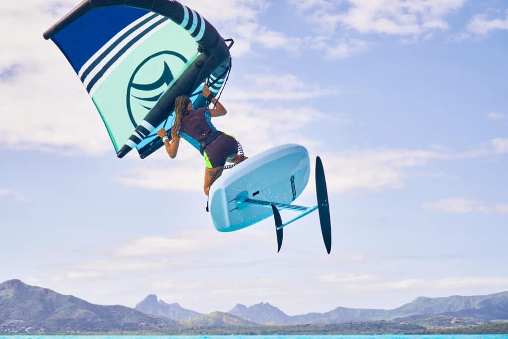saut en wing foil à l'ile Maurice avec le matériel Sroka